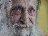 В Омске школьники закидали 77-летнего старика камнями