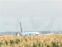 Пассажирский самолет совершил жесткую посадку в поле в Подмосковье