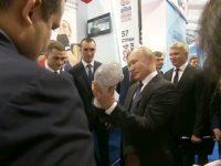 Путину подарили бриллиантовую боксерскую перчатку