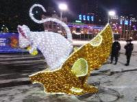 Во Владивостоке дрифтер сломал новогоднюю фигуру мыши за 677 тысяч рублей